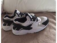 Nike black-white HUARACHES