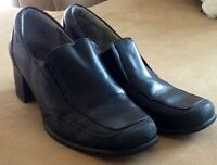Ladies sz 8.5 Genuine Leather Hush Puppies loafers in black