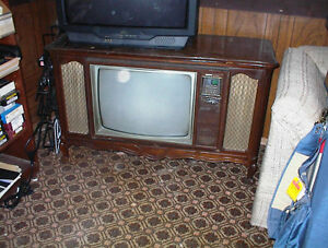 1970 ZENIETH FRENCH PROVINCIAL TV WITH NICE CABINET FOR DSPLY
