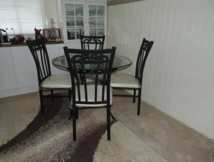 Round Glass Top Dining Table With 4 Chairs In Excellent Condition