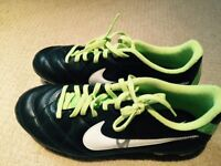 Souliers soccer. Cleats. Shoes