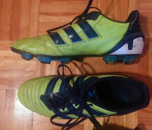 Junior Adidas soccer shoes / Souliers de soccer Adidas (junior)