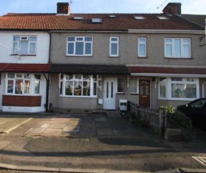 5 Bedroom terrace house fully furnished in *ROMFORD*