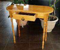 Table haute antique / Coiffeuse.. 110$ Ferme