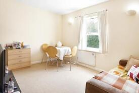 1 bedroom flat in Thames Circle, Canary Wharf, E14