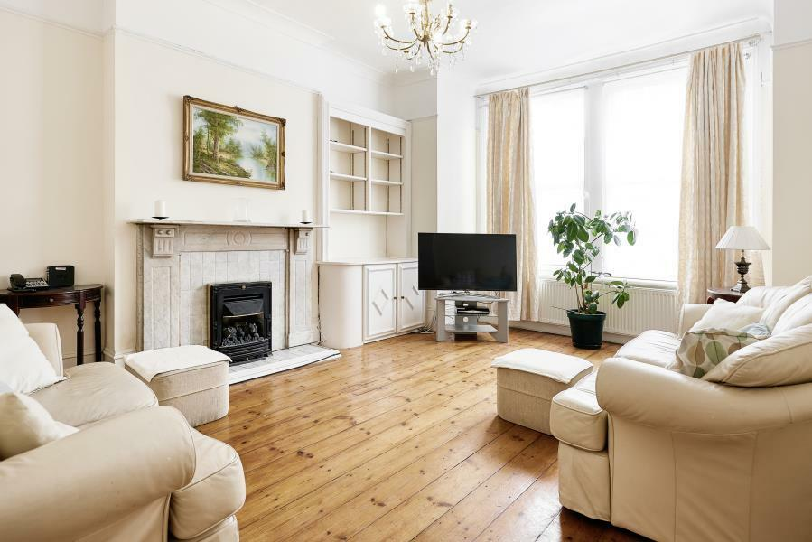 6 bedroom house in Huron Road, London, SW17