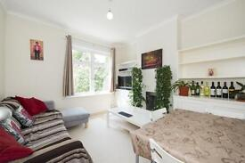 2 bedroom flat in Becklow Road, W12