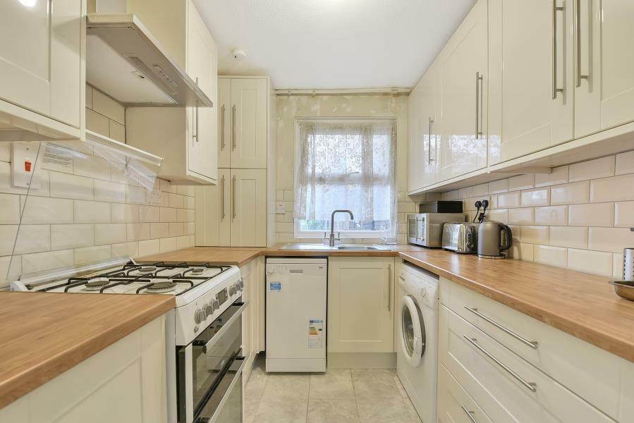 4 bedroom flat in Moresby Walk, London, SW8   in Clapham ...