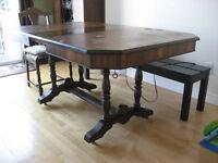 Table et chaises de style antique