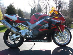 CBR929RR 2000-01 PARTING OUT COMPLETE BIKE INEXCELLENT CONDITION Windsor Region Ontario image 3