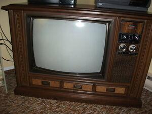 ANCIEN Meuble téléviseur HITACHI 24 po stéréo.