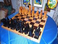 Grand jeu d'échecs en bois sculpté