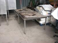 Table pour placer les équipements de cuisine  7'
