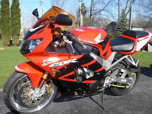 CBR929RR 2000-01 PARTING OUT COMPLETE BIKE INEXCELLENT CONDITION Windsor Region Ontario image 4