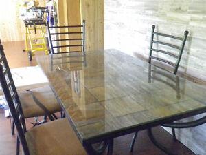 table de cuisine, 4 chaises,une autre petite table