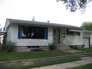Centrally located 2-Bdrm Bsmt Suite & Garage in SE Neighborhood