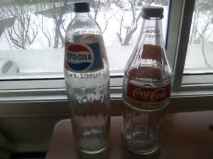 2 magnifiques anciennes bouteilles de coke et pepsi cola vitres.
