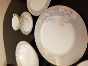 Beautiful MIKASA 8 place setting everyday china