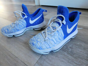 KIDS SIZE 4 NIKE RUNNING SHOES IN EXCELLENT CONDITION