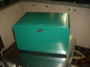 GREEN VINTAGE BREAD BOXES IN METAL.