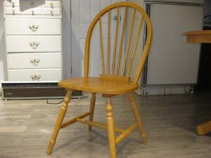 2 chaises en bois