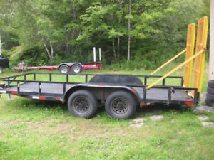 Flat deck trailer with ramps