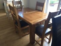 Solid oak dining table and chairs -- good condition -- delivery available !!!