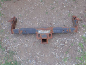 Universal trailer hitch, adjustable width
