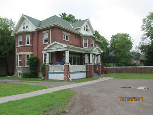 STUDENTS ONLY: Upper, Bright & Very Spacious 3 BRM - Avail May