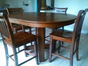 Dining table with 4 high chairs well built