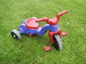 Tricycle bas. Siège ajustable en 3 positions.  Fisher Price