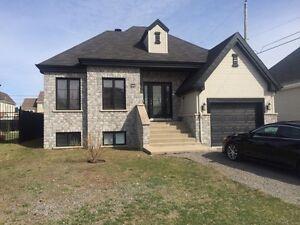 Belle maison à louer avec piscine et garage 1250$/mois