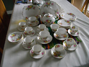 MANOR ROSES by QUEEN ANNE (ENGLAND) Fine Bone China