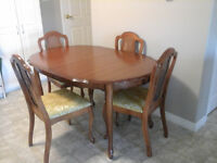 Dining room table with 4 chairs very .