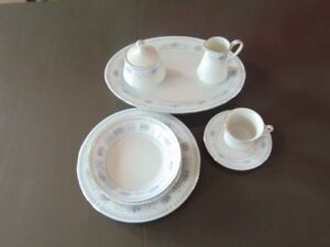 8 PLACE SETTINGS OF CROWN MING FINE CHINA - 43 PIECES TOTAL