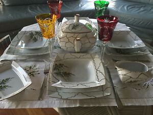 SERVICE DE VAISSELLE / SET OF DISHES