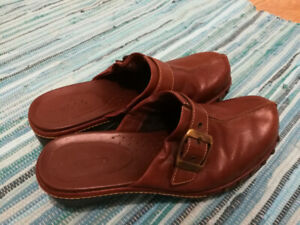 63919f30905 Ecco Women s brown leather slides - size 6