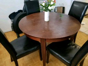 Beautiful round table 4 chairs