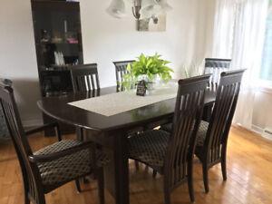 Table de salle à manger avec chaises