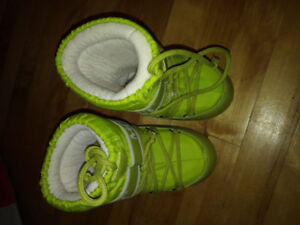 Moon Boots Kids Size 6-8. Means 2 years. 18 months 24 months