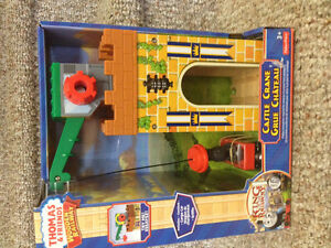 New! Thomas & friends Castle Crane wirh cargo car and Griffon
