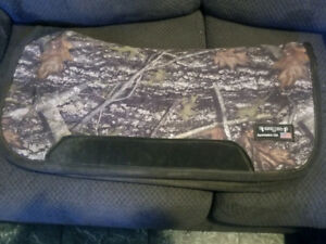 Camo Tacky Pad and 16 inch Treeless saddle