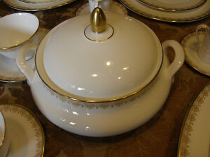 Royal Doulton China Gold Lace H.4989 Service for 12 Discontinued Kingston Kingston Area image 4