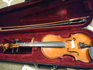 1/2 Size Violin. Comes with accessories.