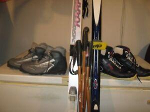 """ensemble sde skis d""""enfants et d'adultes"""