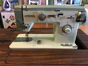 VIKING MODEL 714 SEWING MACHINE EXCELLENBT CONDITION