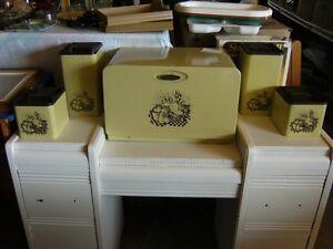 Bel ensemble de boîtes de ménage