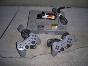 SONY PLAYSTATION 1 WITH 2 CONTROLLERS & 2 MEMORY CARDS