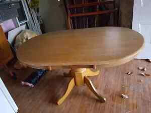 Round OAK Ding Room Table !   0nly $60 !!!