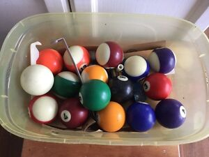 Set of pool balls